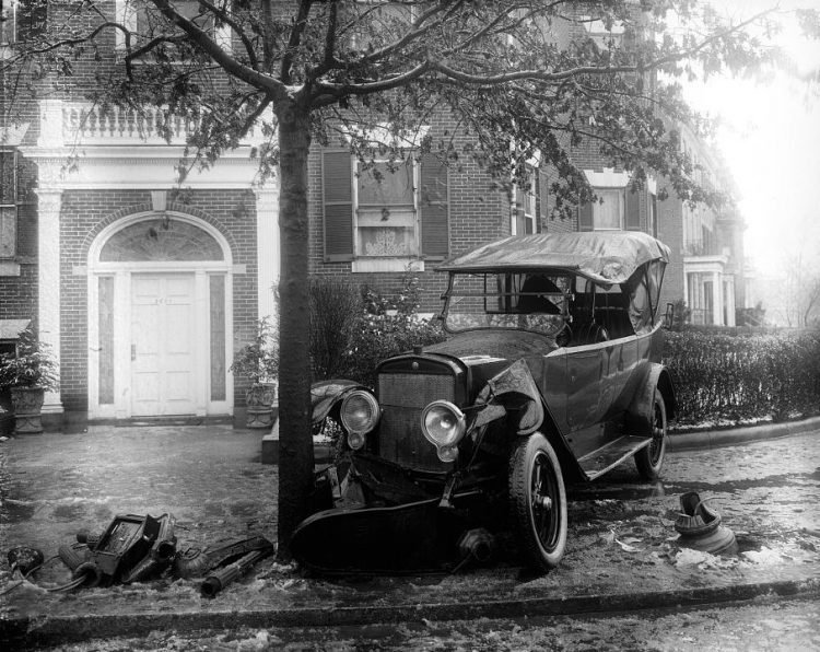 1920s car accident - Auto into a tree