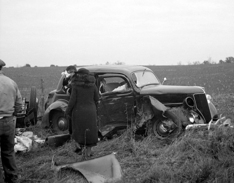 1930s car crash in a field - Vintage automobile accidents