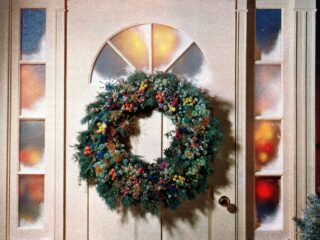 6 beautiful ways to make a welcoming Christmas wreath for your front door (1962)