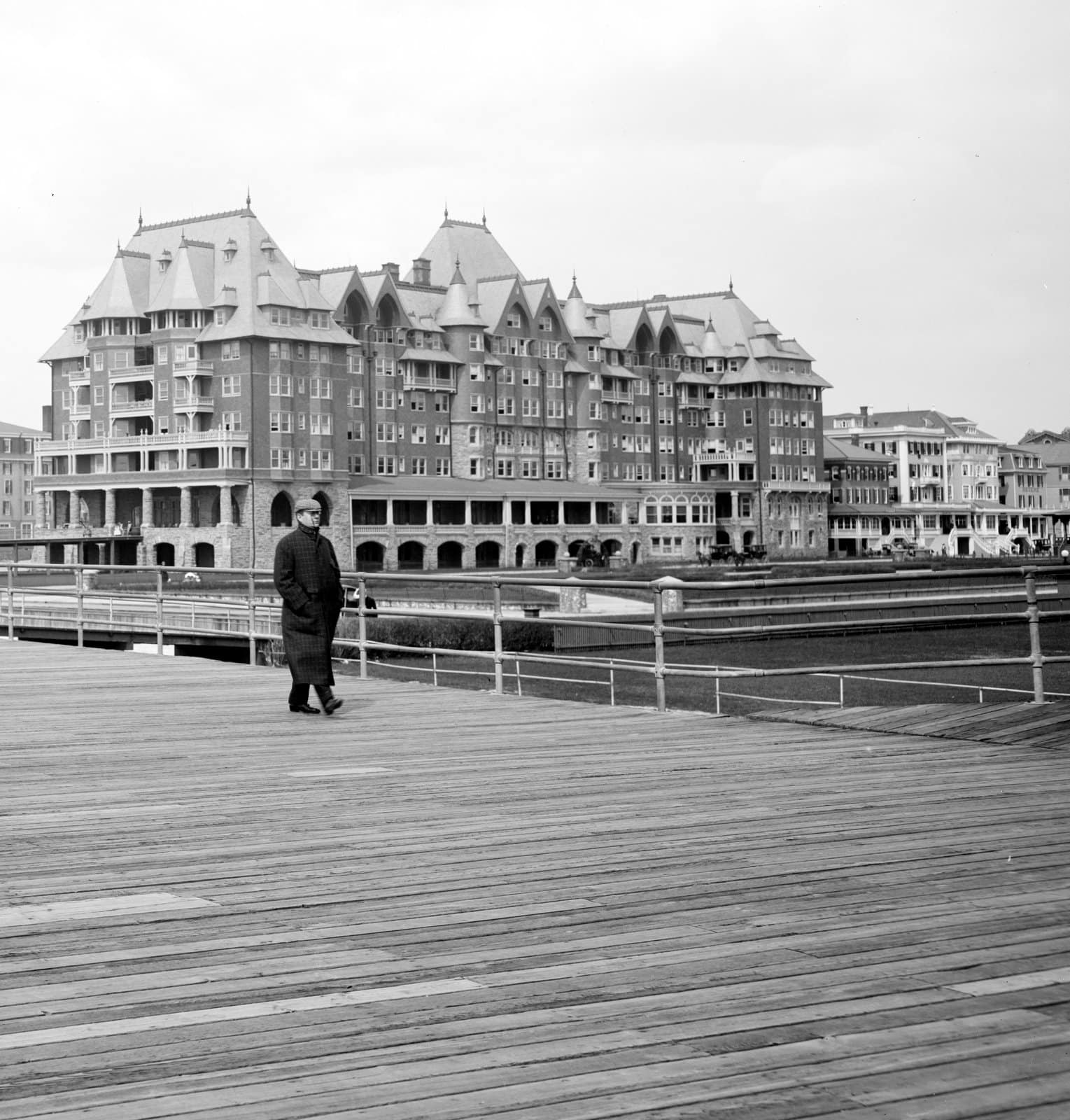 Along the boardwalk, Atlantic City with hotels in the background (around 1905) (1)