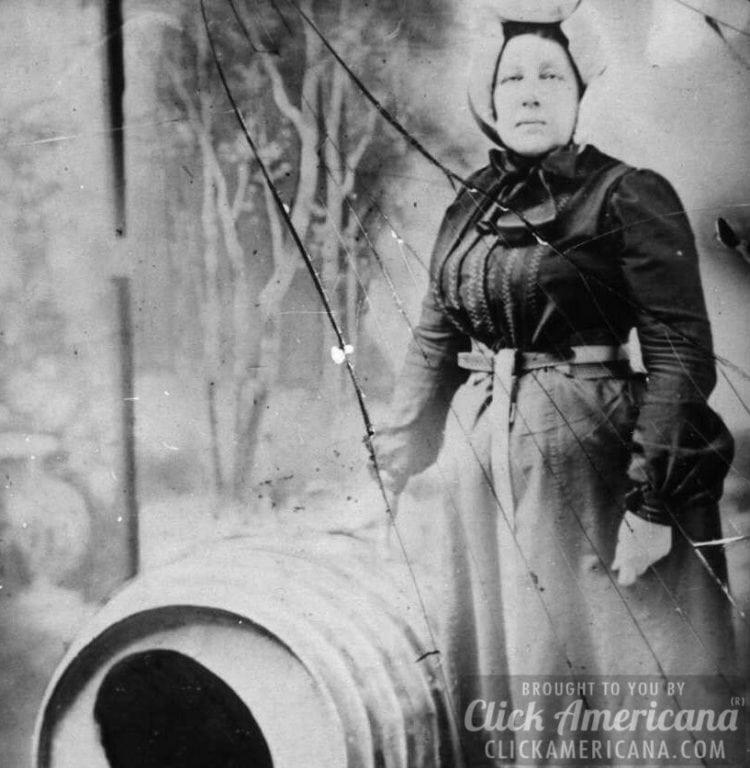 Woman goes over Niagara Falls in a barrel (1901)