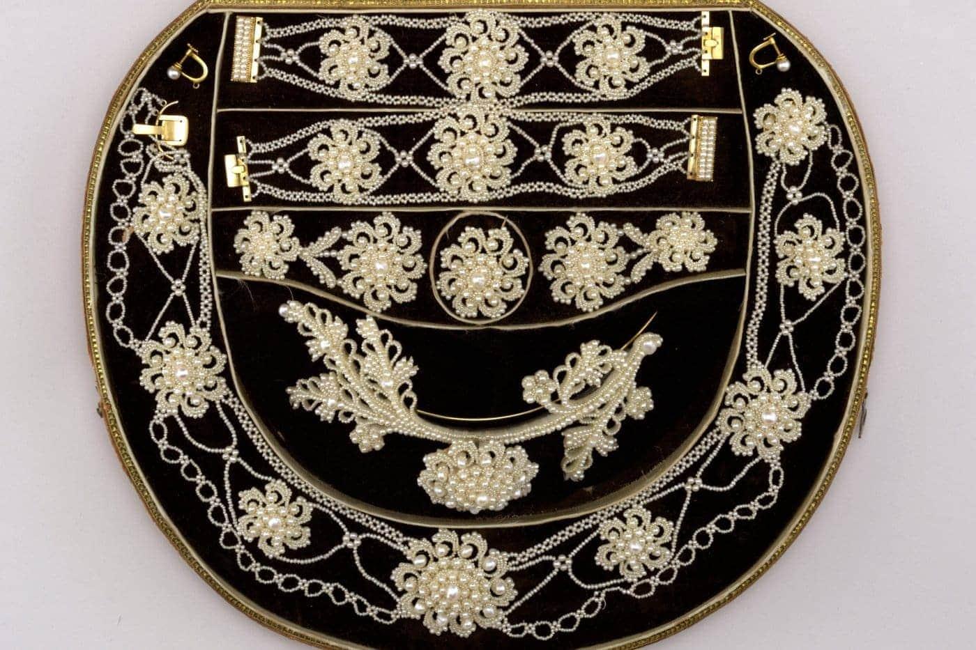 Antique jewelry - sunburst-ornaments of seed pearls c1830s - Via Smithsonian