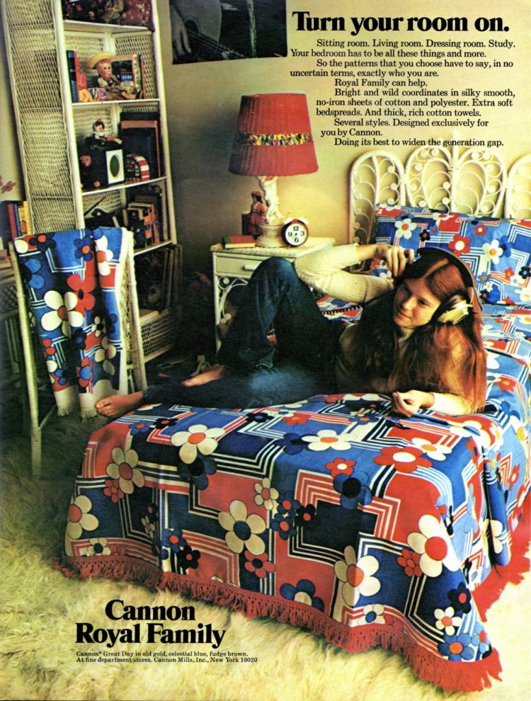 Basic teen girl bedroom decor (1970)