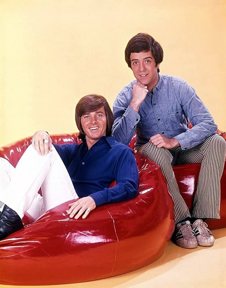Bobby Sherman and Wes Stern on bean bags in Getting Together (1971)