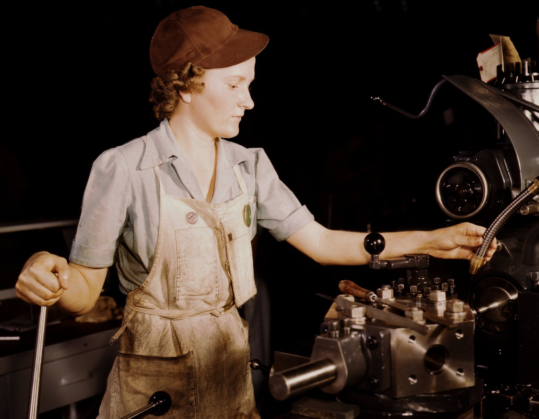 Building WWII fighter planes in the 1940s - Reaming tools for transport on lathe machine