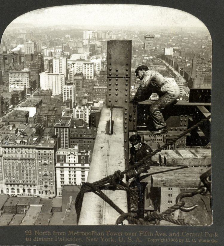 Construction workers on skyscrapers in the early 1900s (2)