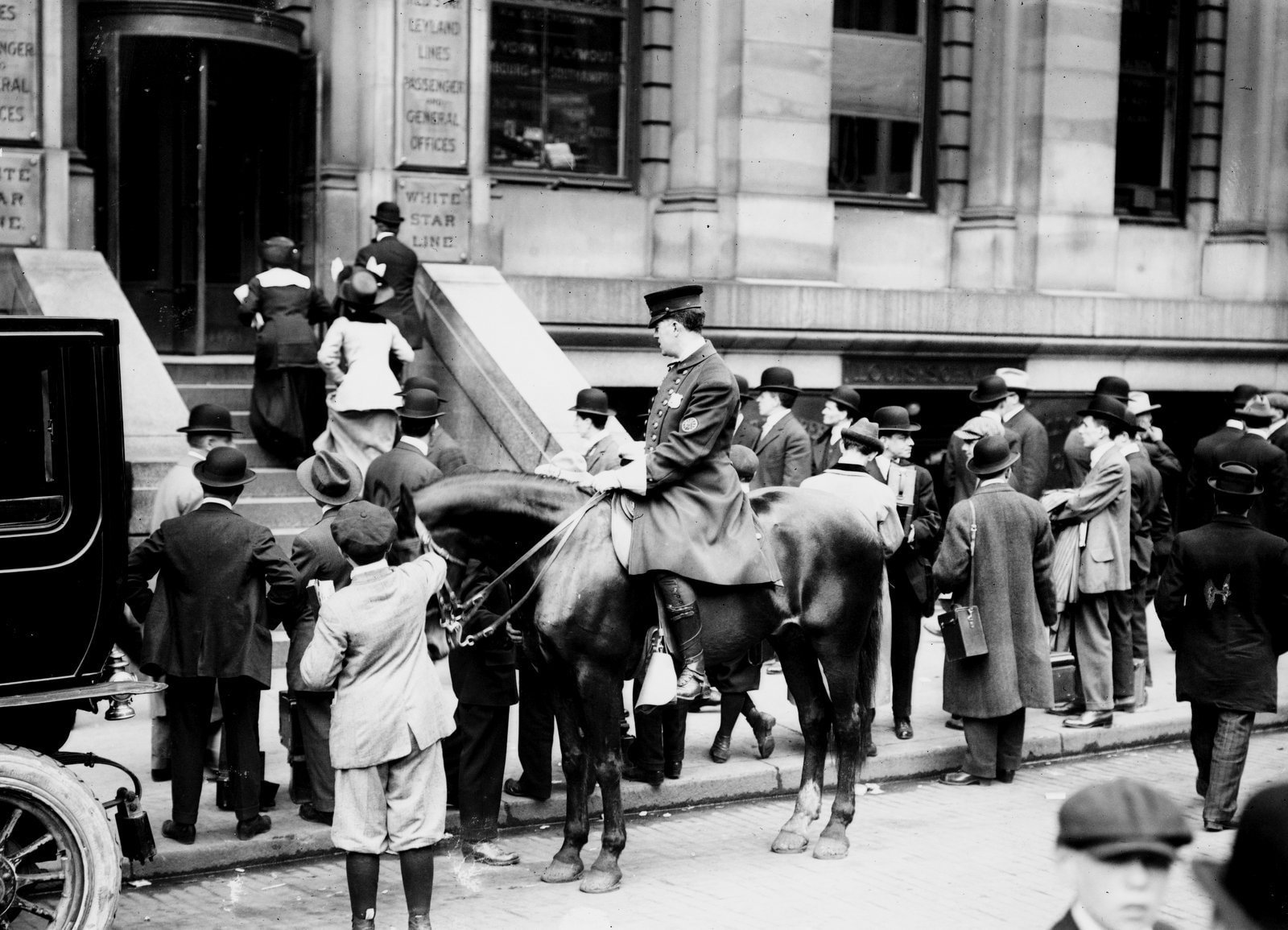 Crowd in front of White Star offices - Titanic 1912