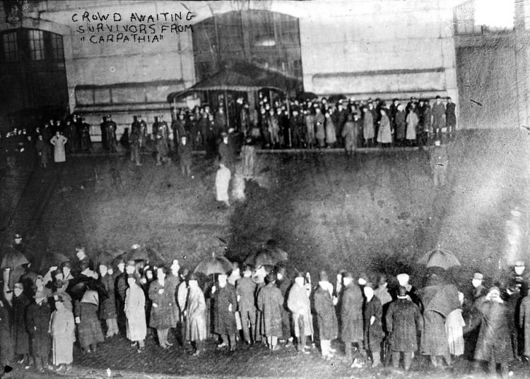 Crowd waiting for the Titanic survivors - 1912
