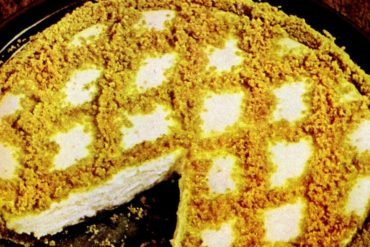 Easy lemon cheesecake pie retro recipe from the 1950s