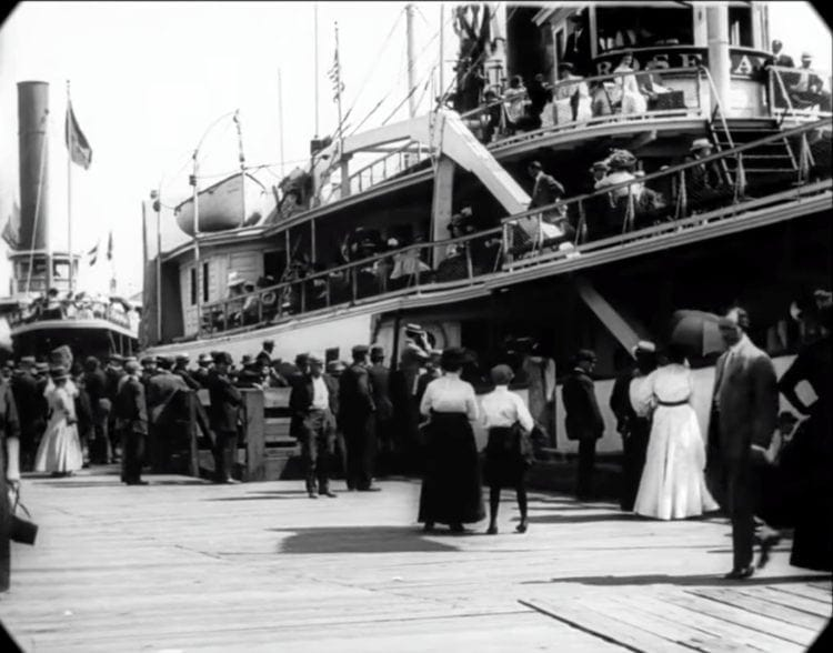 Waiting for the ferry - New York in 1911