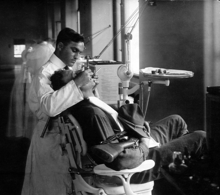Forsyth Clinic, Boston - Dental work for departing soldiers (1916)