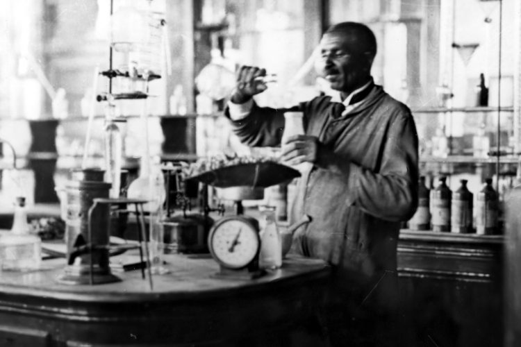 George Washington Carver in his lab-gigapixel-width-1490px