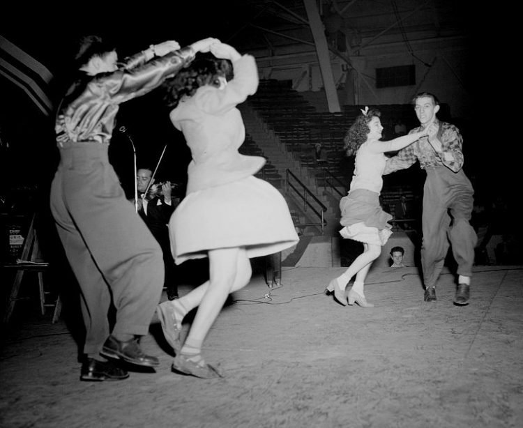 Jitterbugging in Detroit - Dancing from 1942 (1)