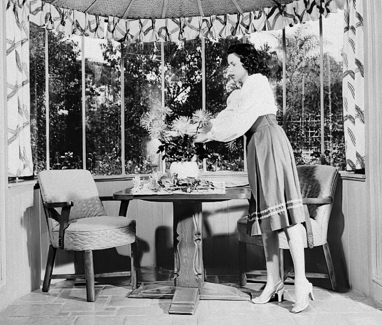 Judy Garland setting the table at home in 1942-gigapixel-width-770px