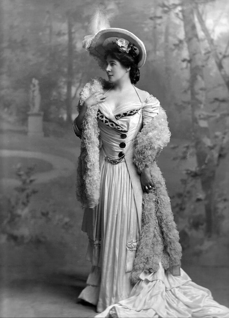 Lillie Langtry aka Emilie Charlotte Le Breton onstage in 1905