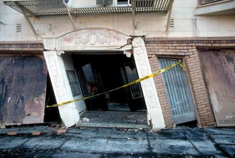 Loma Prieta earthquake damage - Beach Street apartment complex in danger of collapse, Marina District