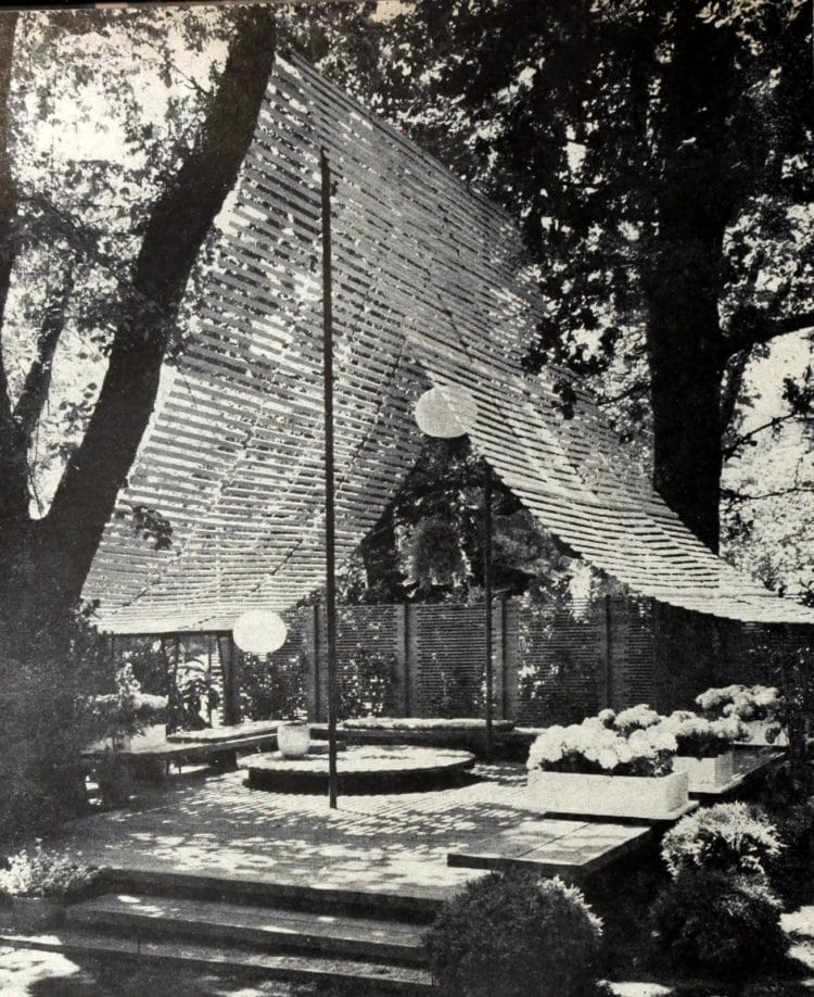 Low deck in a backyard with a wooden hanging screen - Retro landscaping from 1960