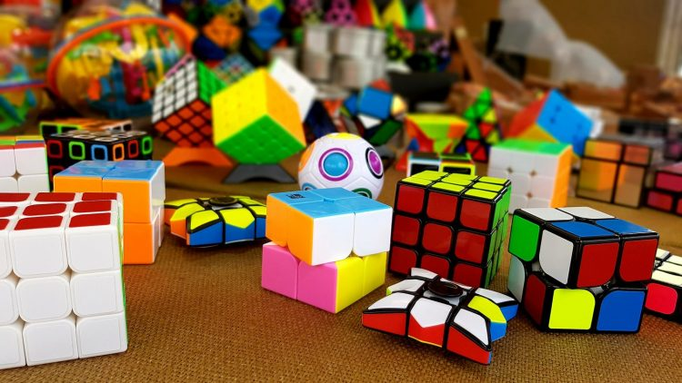 Many kinds of Rubik's cube toys and copycats