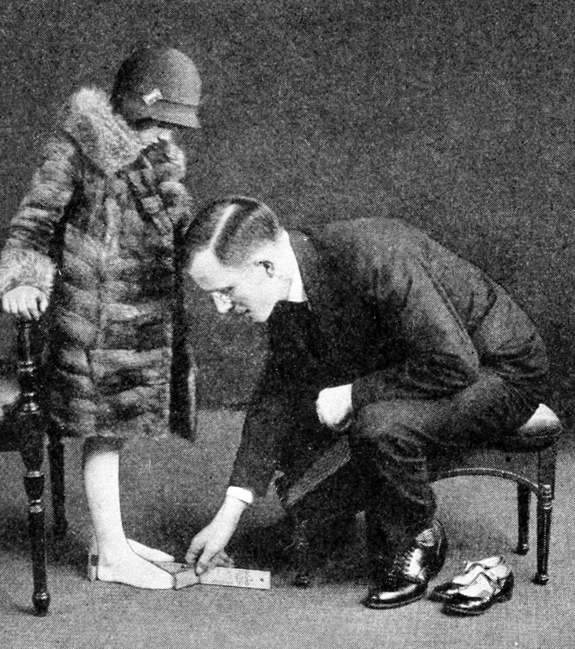 Measuring the foot for shoes (1929)