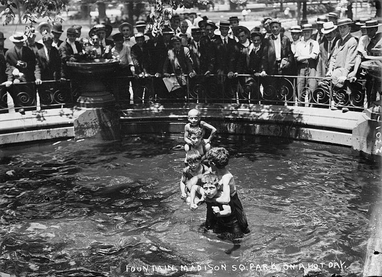New York heat wave in 1911 - Fountains, Madison Sq. Park on hot day