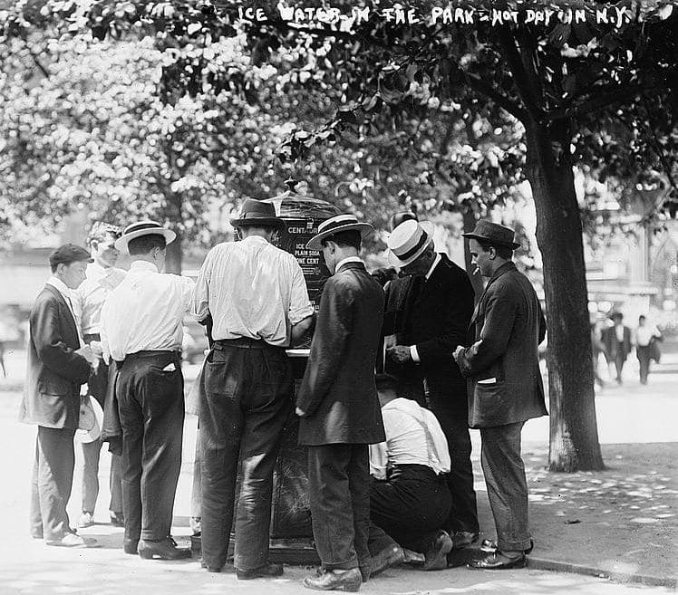 New York heat wave in 1911 - Ice water in the park