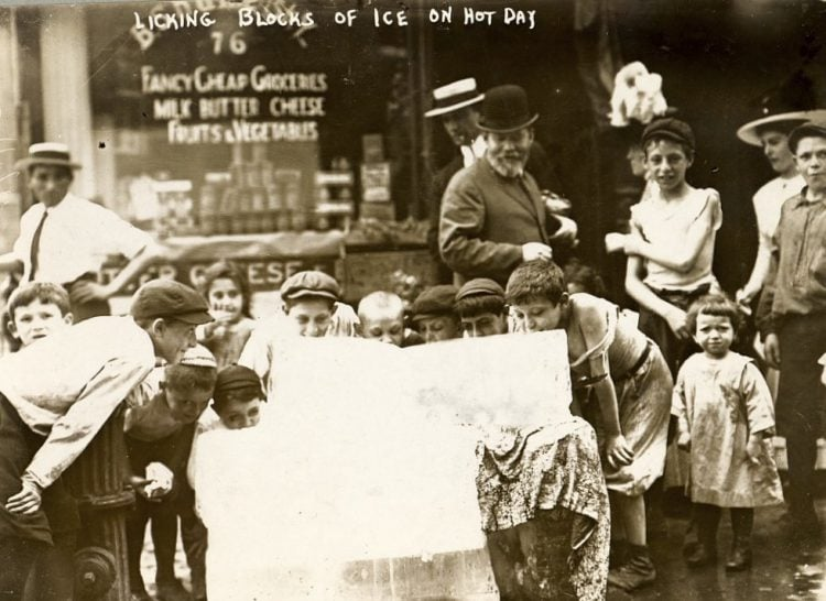 New York heat wave in 1911 - Licking blocks of ice on hot day