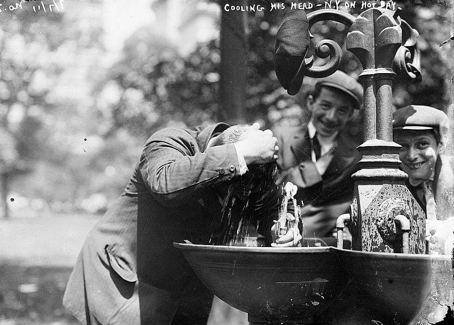 New York heat wave in 1911 - Man cooling his head