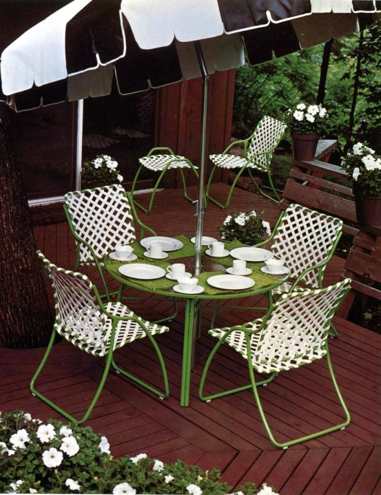 Old-fashioned backyard patio furniture from 1972 (6)