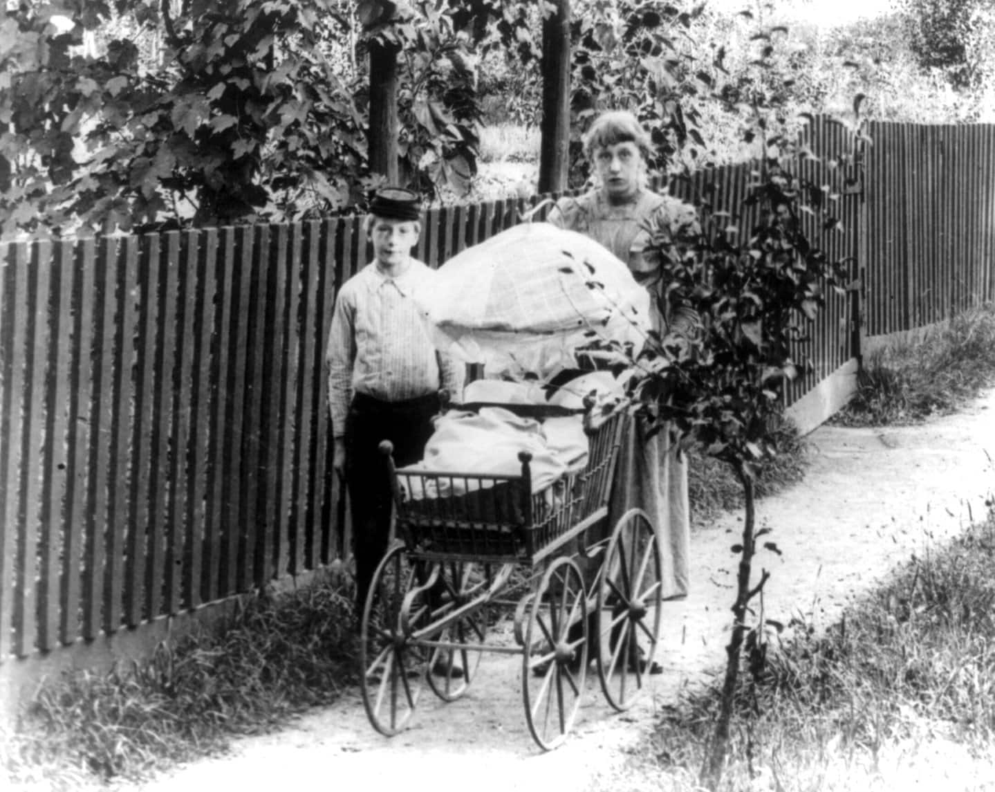 Pushing a baby carriage in Staten Island, New York (1900)
