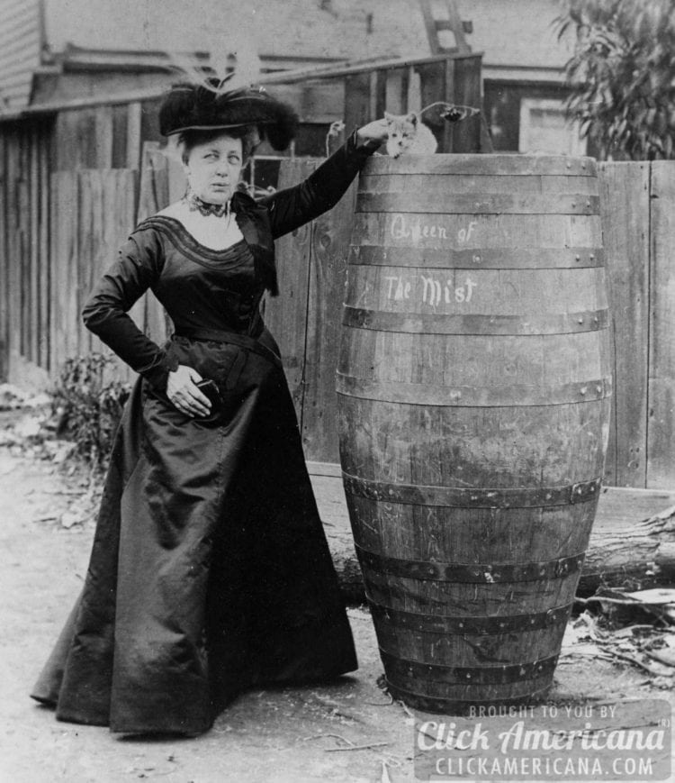 Woman goes over Niagara Falls in a barrel (1901)