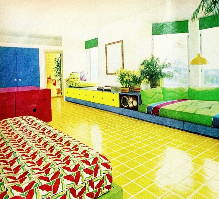 Retro multicolored kids' bedroom decor (1972)