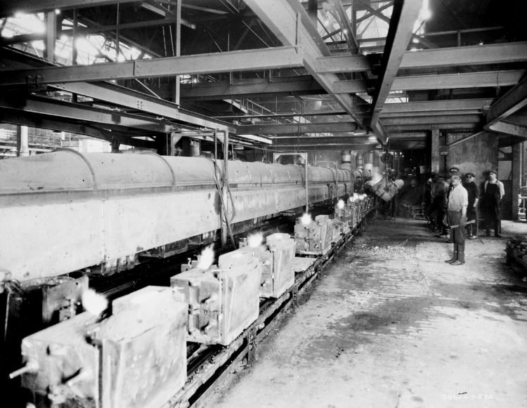 The conveyor bringing the molds 1924
