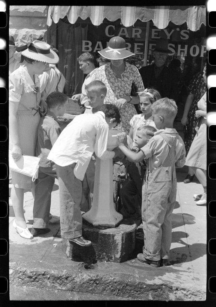 Vale, Oregon, July 4, 1941. At a drinking fountain during the celebration