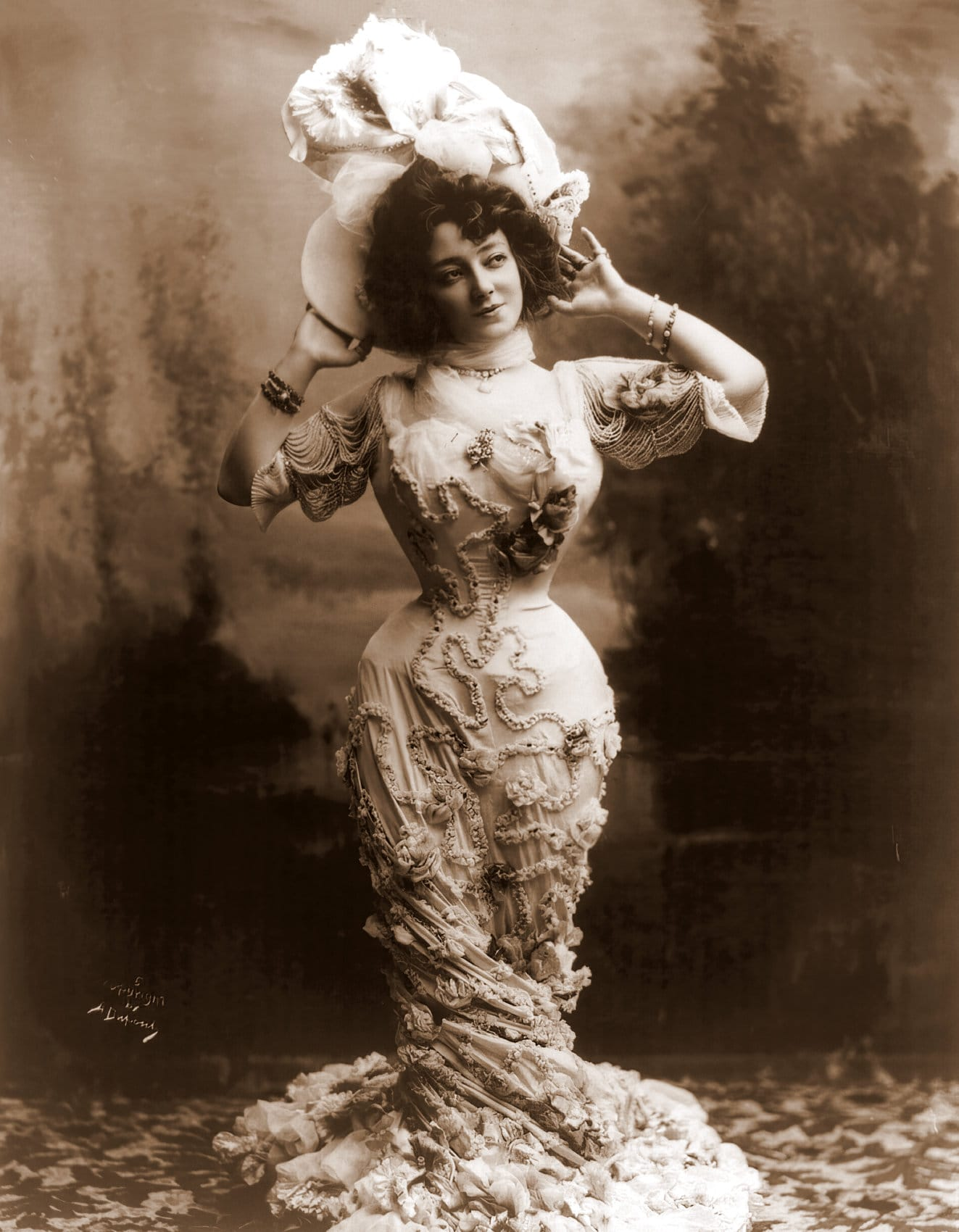 Victorian actress Anna Held - small waist
