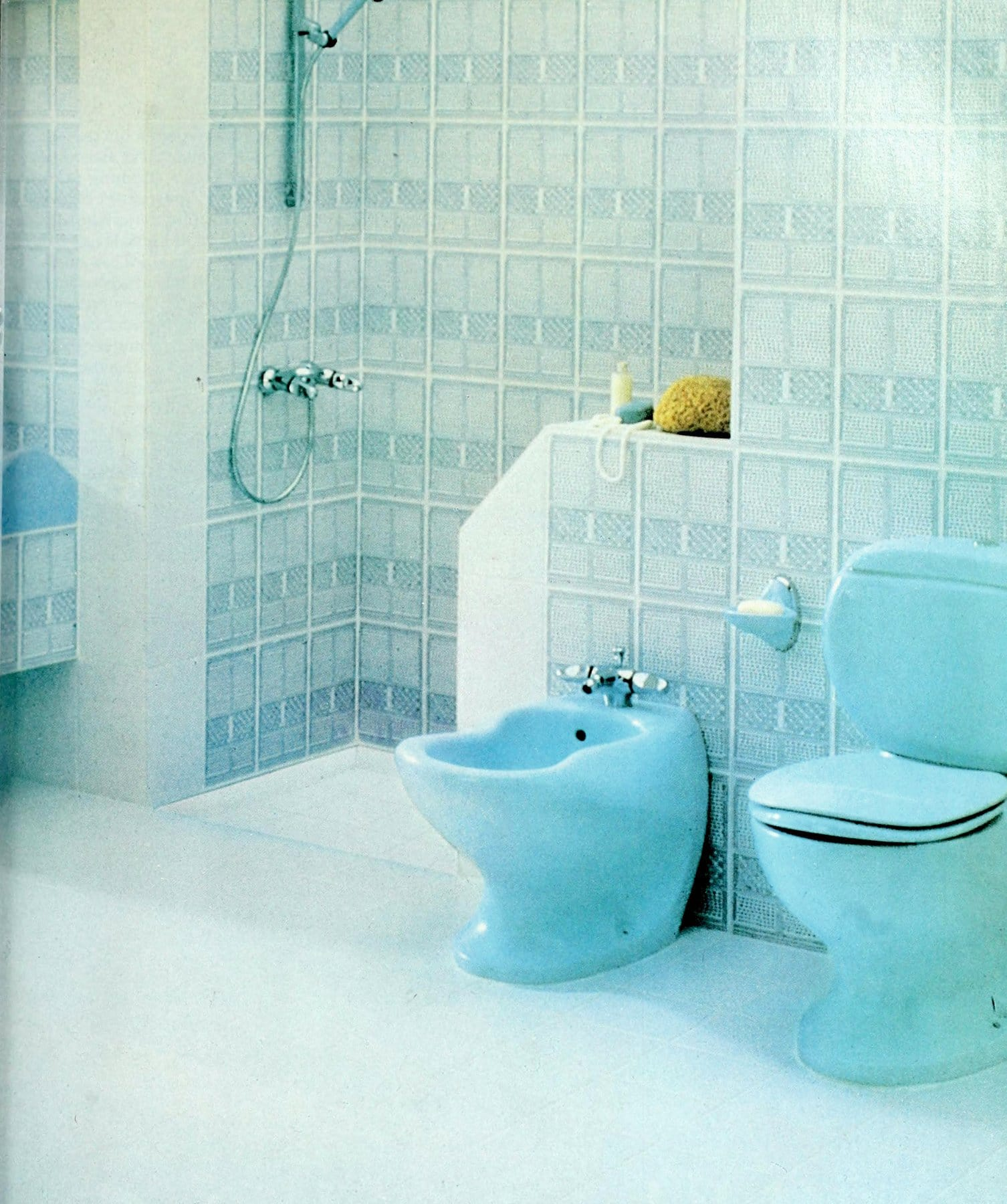Vintage 1980s Frozen blue bathroom suite and tile by Villeroy and Boch (2)