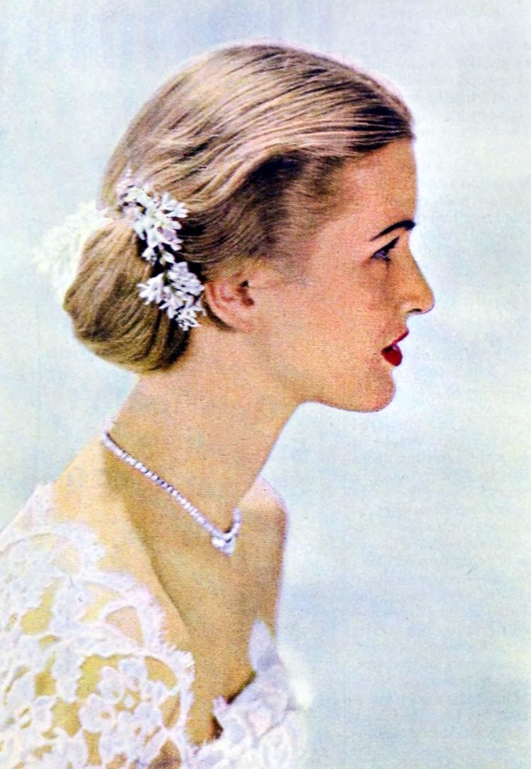Vintage '40s hairstyles for women from 1949 (1)