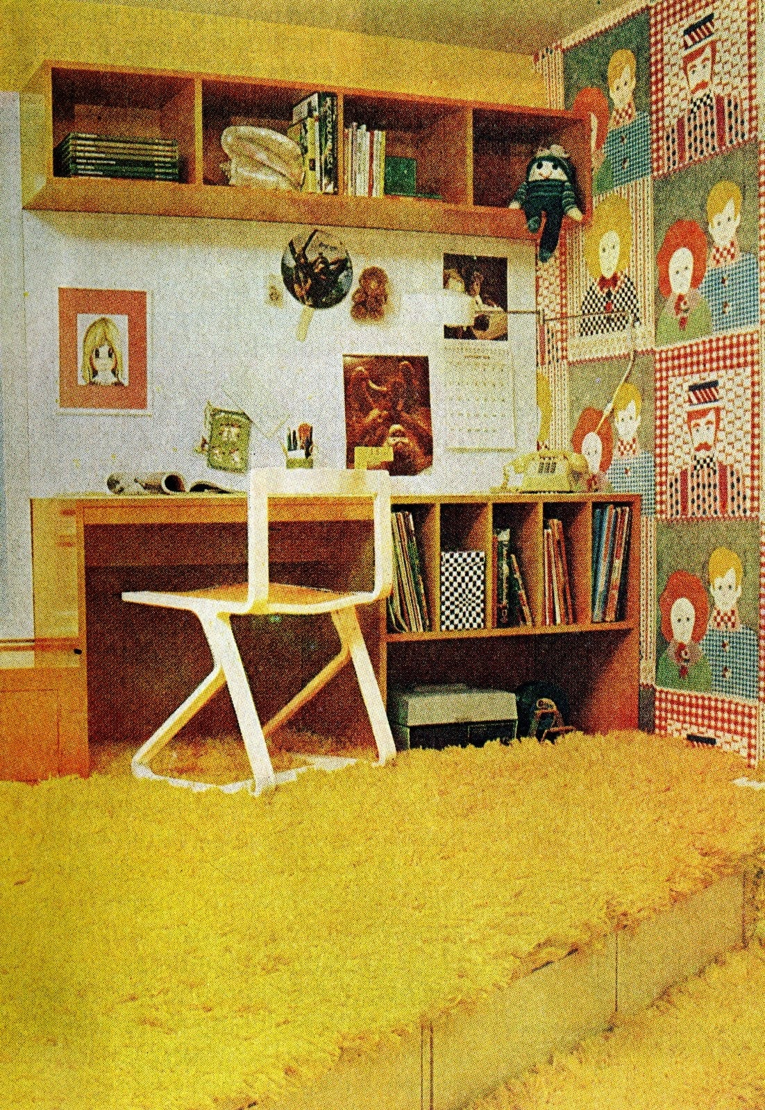 Vintage 70s small bedroom idea -hag carpet and platforms from 1976 (2)
