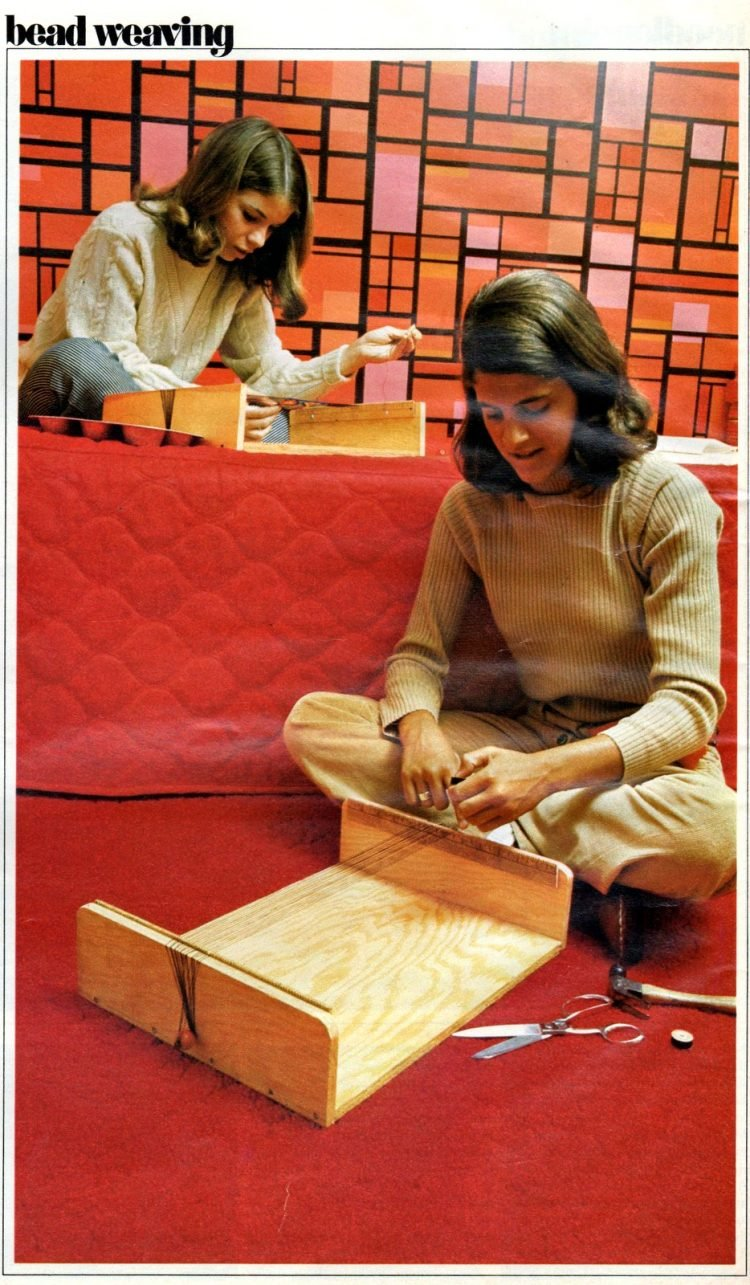 Retro bead craft: How to make your own jewelry with bead weaving (1972)