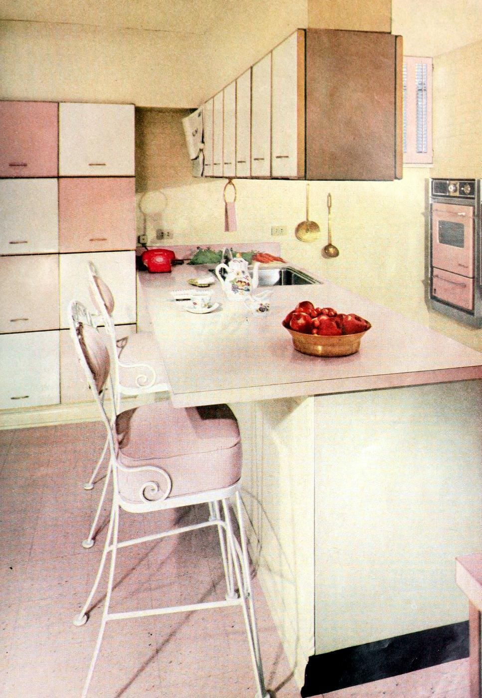 Vintage pink kitchen decor for the 50s home (1)