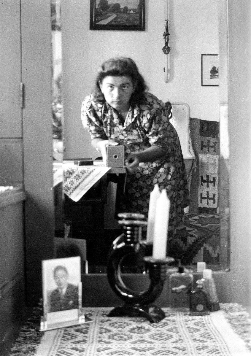 Vintage selfie of a woman from 1942 - Credit FOTO FORTEPAN - Orosz Helena at ClickAmericana com