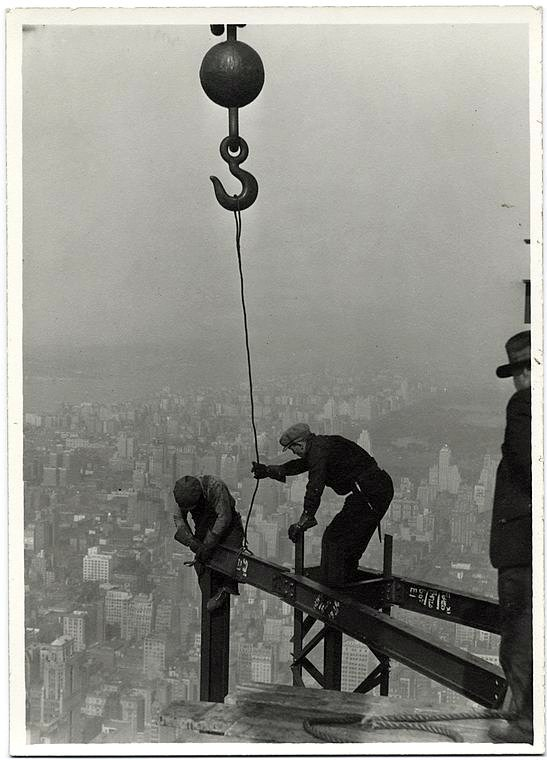 Worker construction of the Empire State Building in New York - Dangerous 1931 (1)