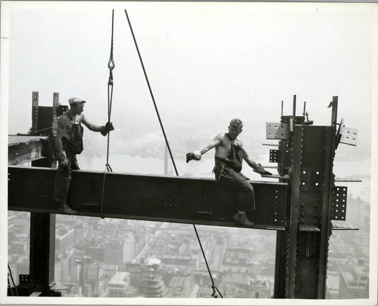Worker construction of the Empire State Building in New York - Dangerous 1931 (10)