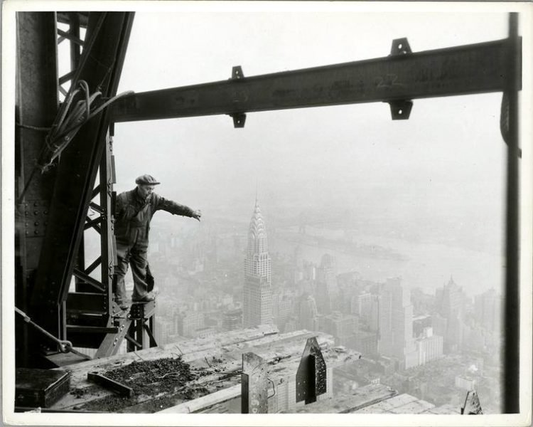 Worker construction of the Empire State Building in New York - Dangerous 1931 (11)