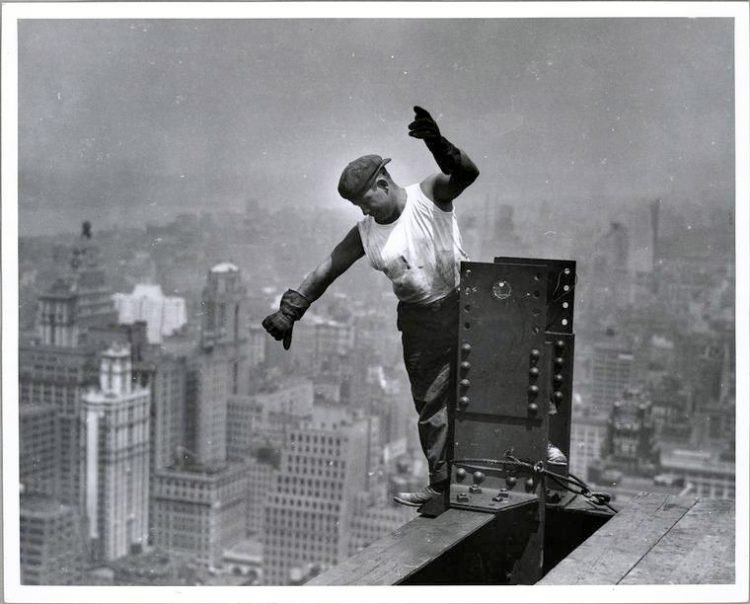 Worker construction of the Empire State Building in New York - Dangerous 1931 (13)