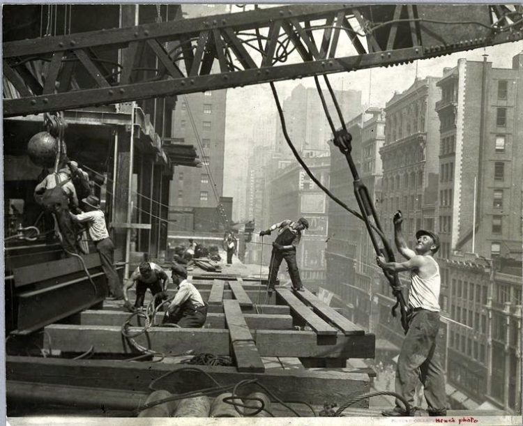 Worker construction of the Empire State Building in New York - Dangerous 1931 (16)