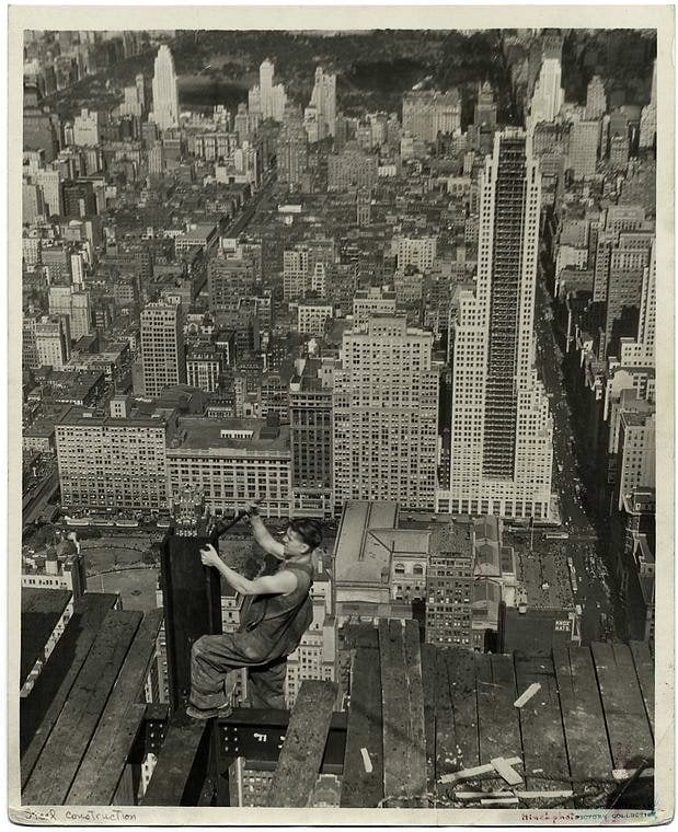 Worker construction of the Empire State Building in New York - Dangerous 1931 (18)