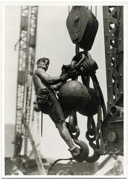 Worker construction of the Empire State Building in New York - Dangerous 1931 (2)