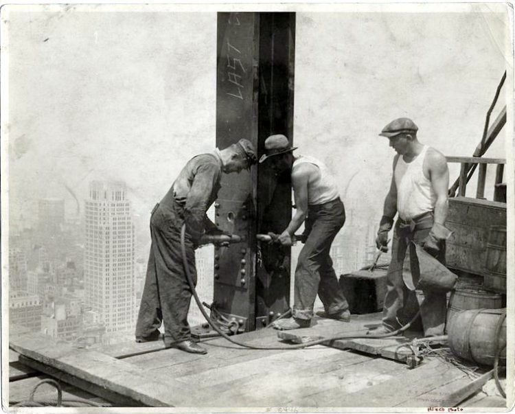 Worker construction of the Empire State Building in New York - Dangerous 1931 (3)