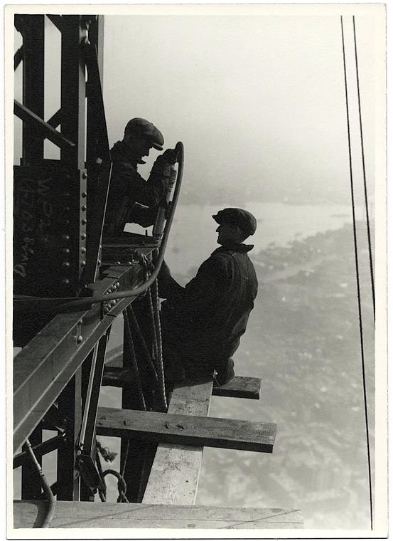Worker construction of the Empire State Building in New York - Dangerous 1931 (4)