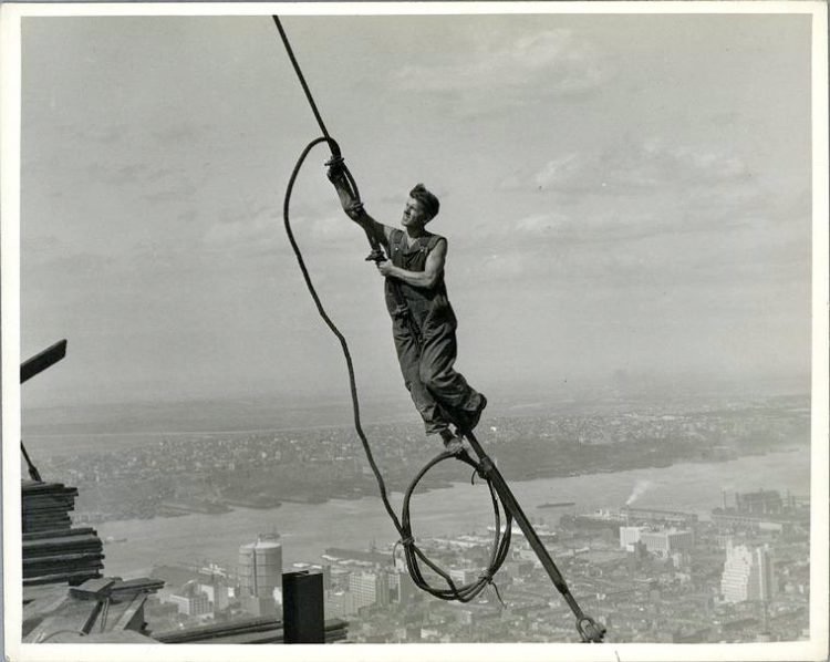 Worker construction of the Empire State Building in New York - Dangerous 1931 (5)